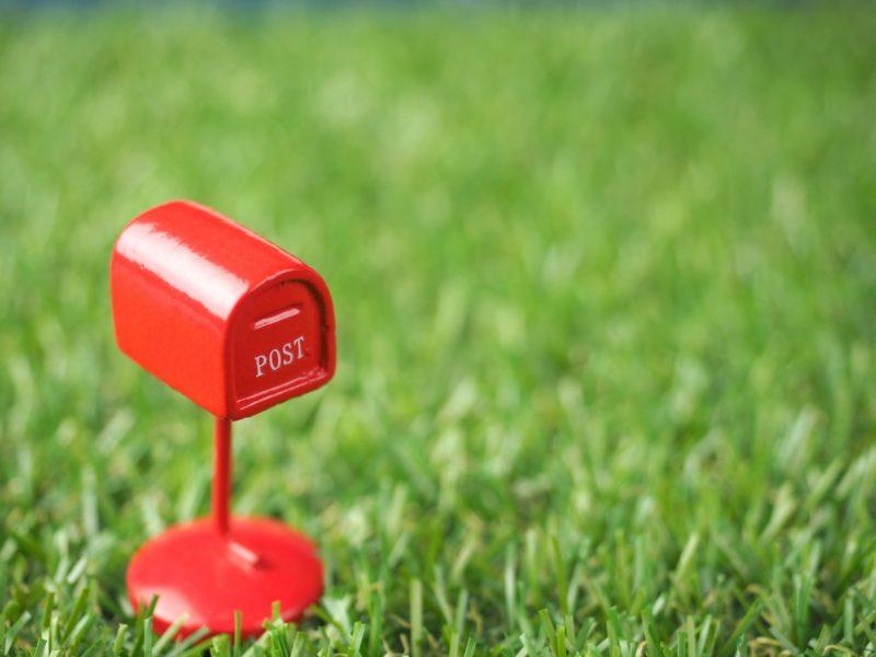 芝生の上の赤いポスト