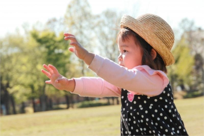 麦わら帽子をかぶった幼女