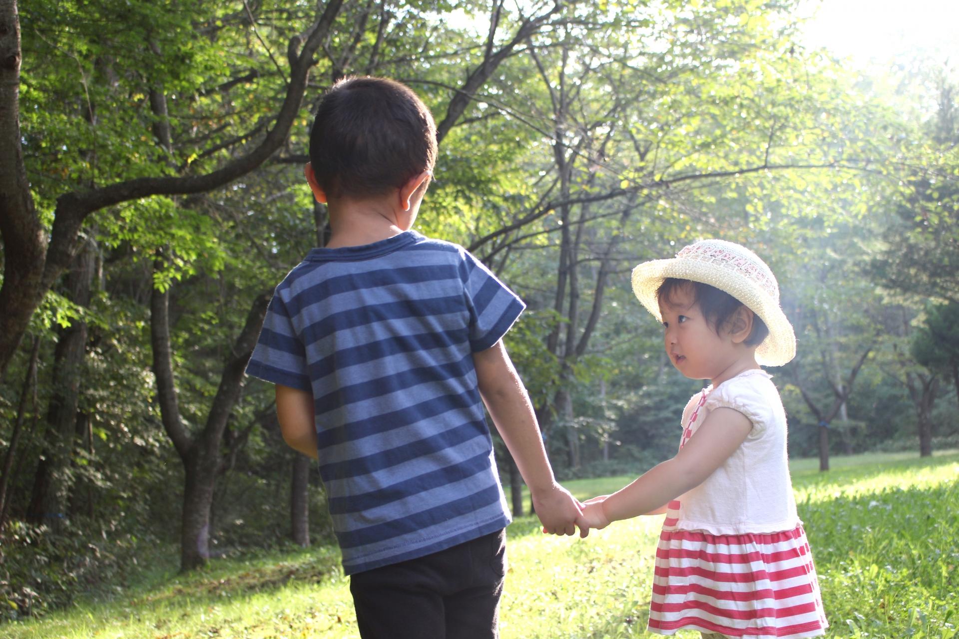 男の子と小さな女の子