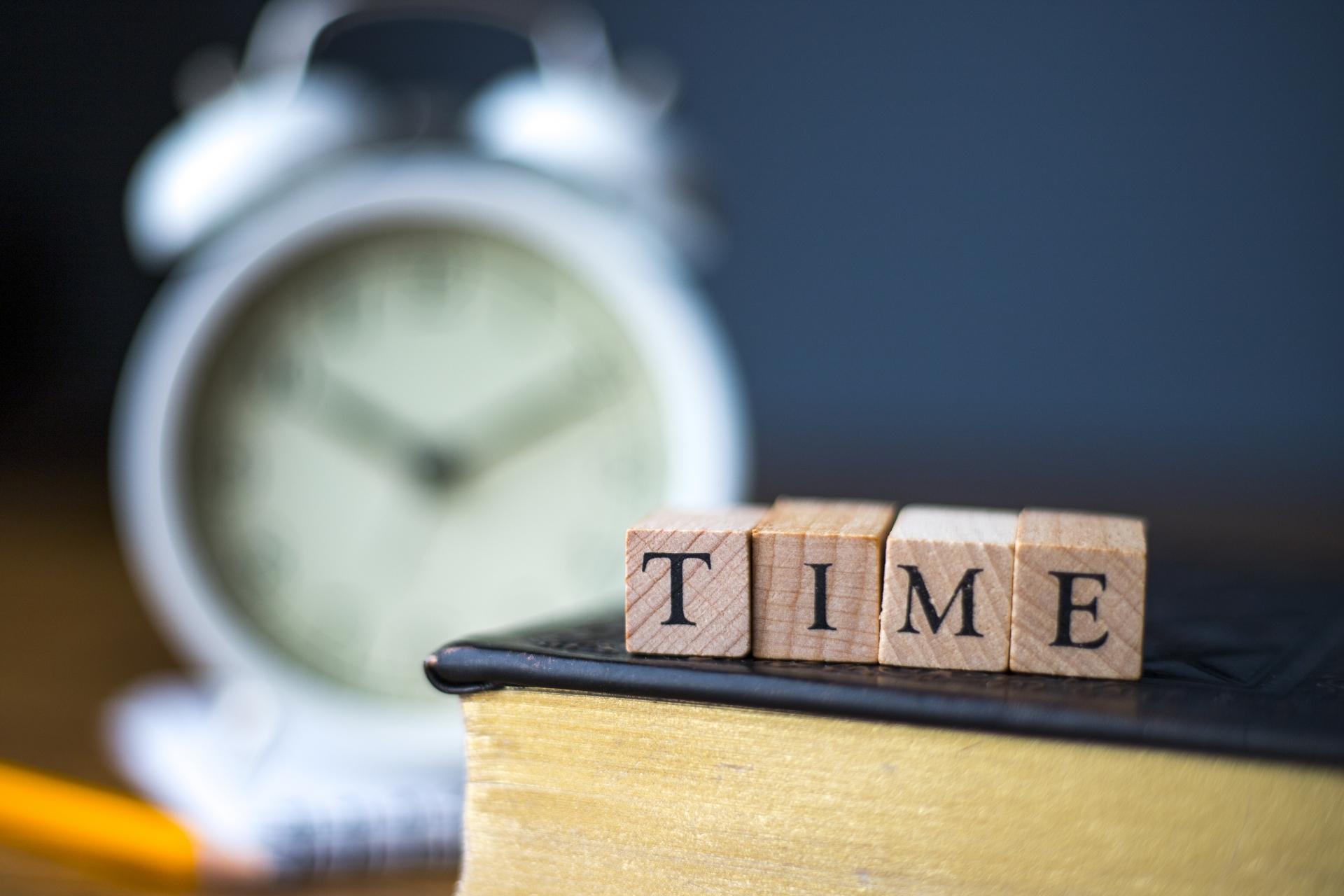 TIMEの文字と時計
