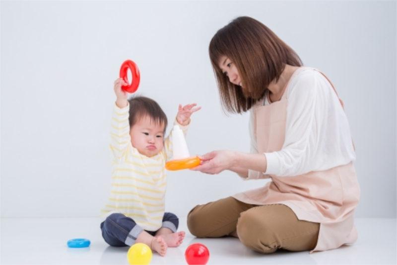 玩具で遊ぶ幼児と女性