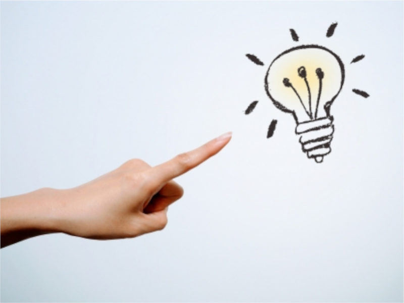 電球のイラストとそれを指す手指