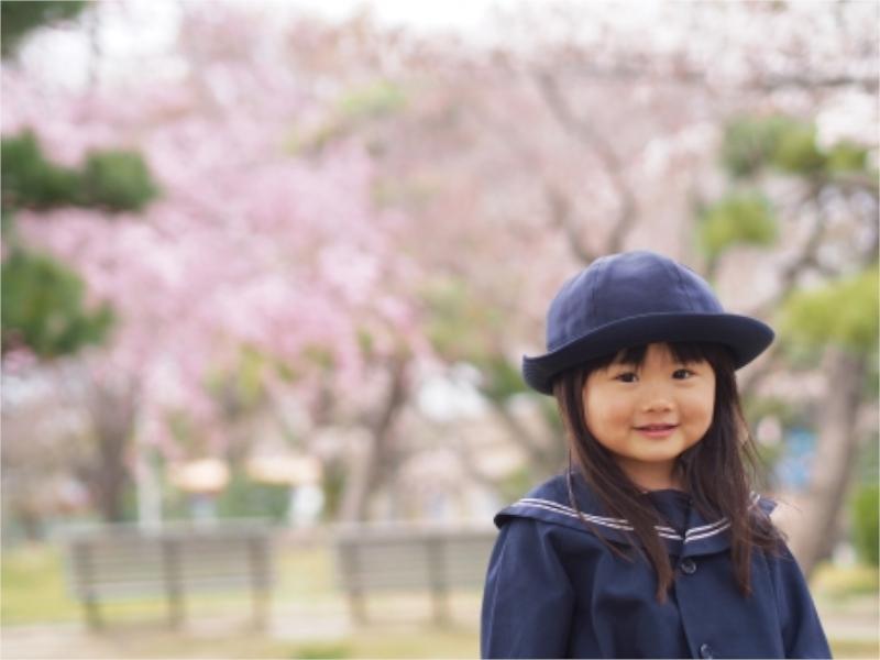 桜の木と制服を着た女の子