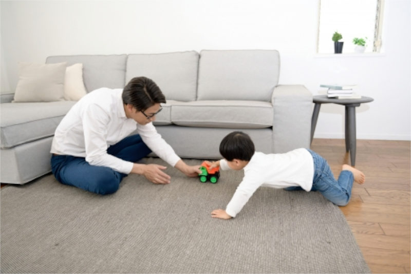 玩具で遊ぶ子どもと男性