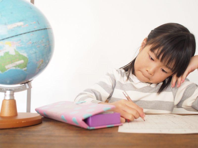 鉛筆を持ち勉強する女の子