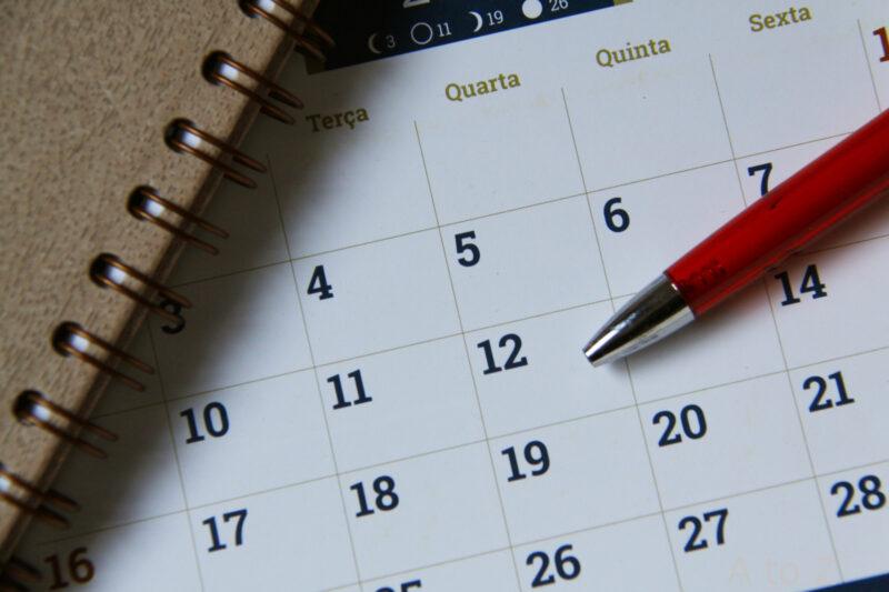 カレンダーとリングノートとペン