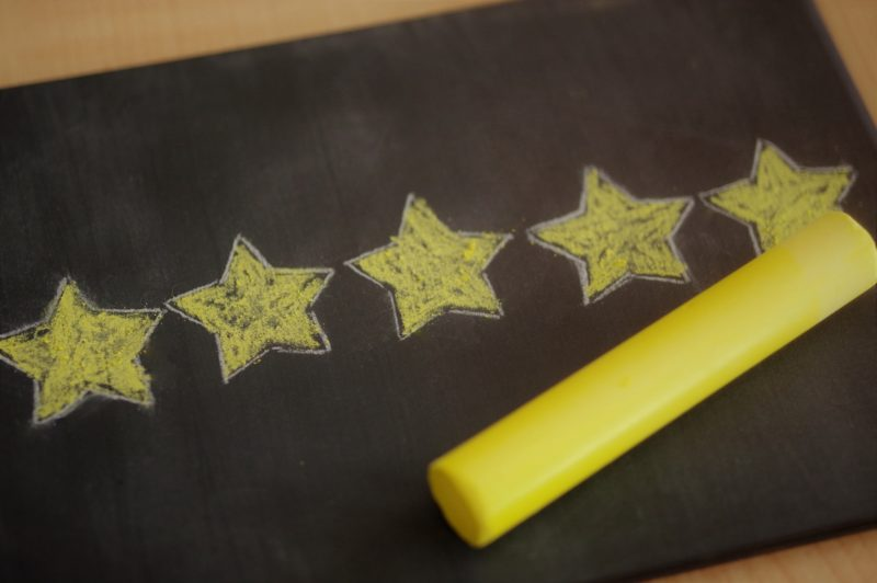 黒板に黄色のチョークで書かれた星