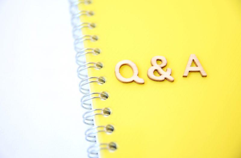 黄色のノートとQ&Aの文字