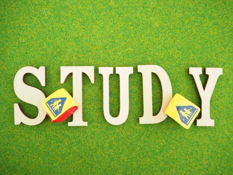 STUDYの文字と黄色のカバーがかかった小さなランドセル