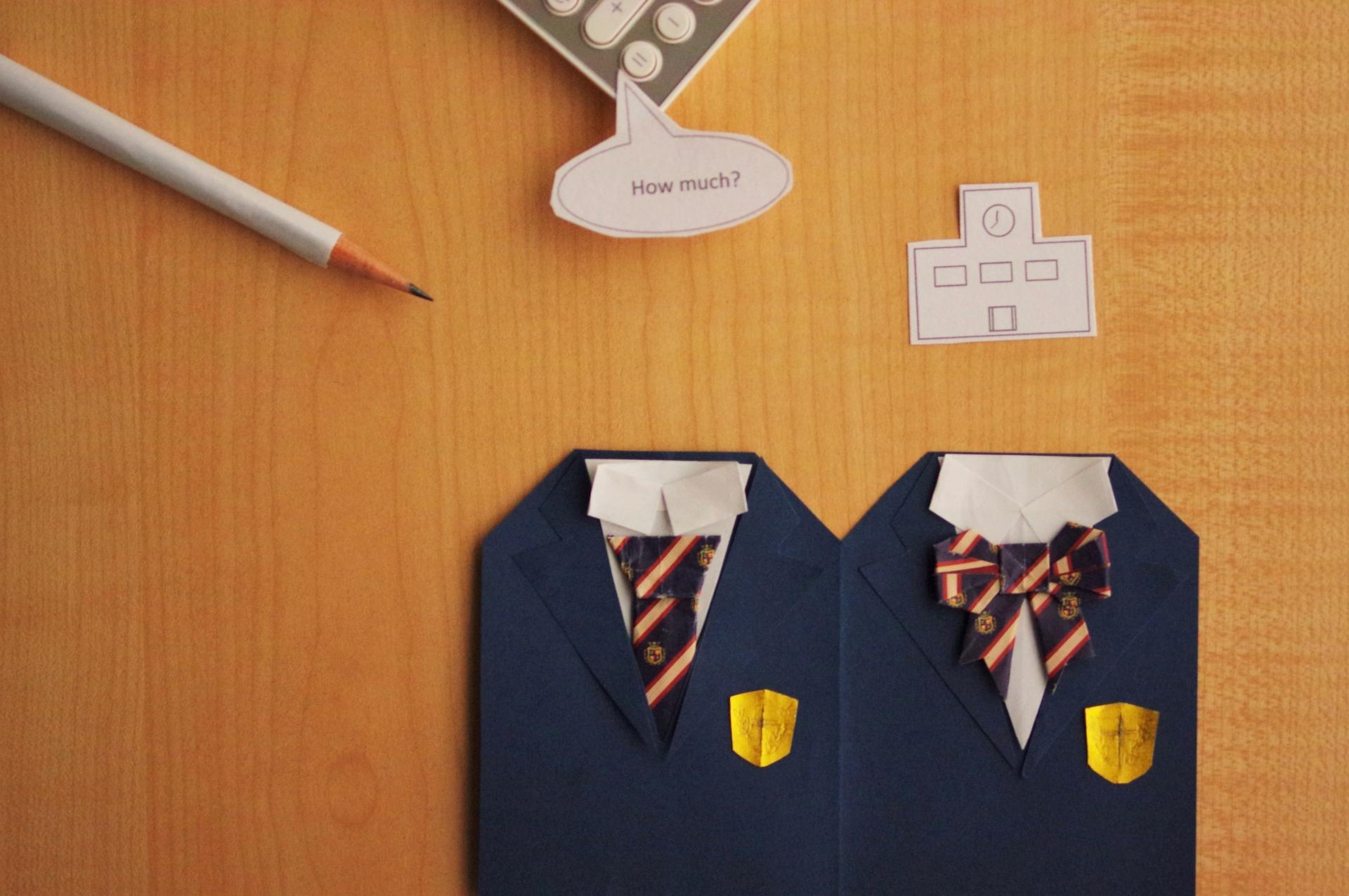 男女の制服と鉛筆