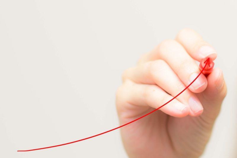 赤ペンで書く手