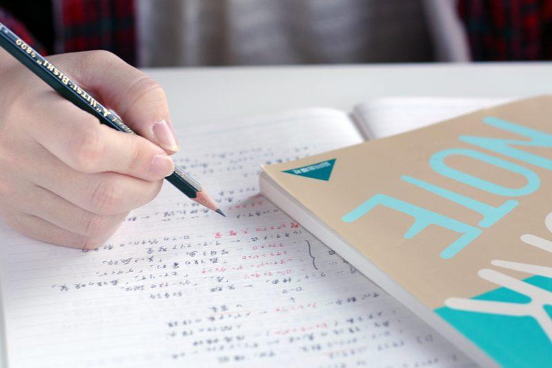鉛筆を持って勉強する手