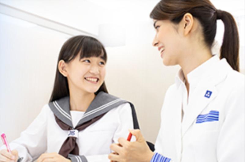 女子学生と向き合う女性