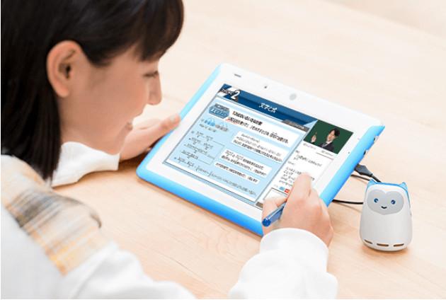 AIスピーカーを使ってタブレット学習をする女生徒