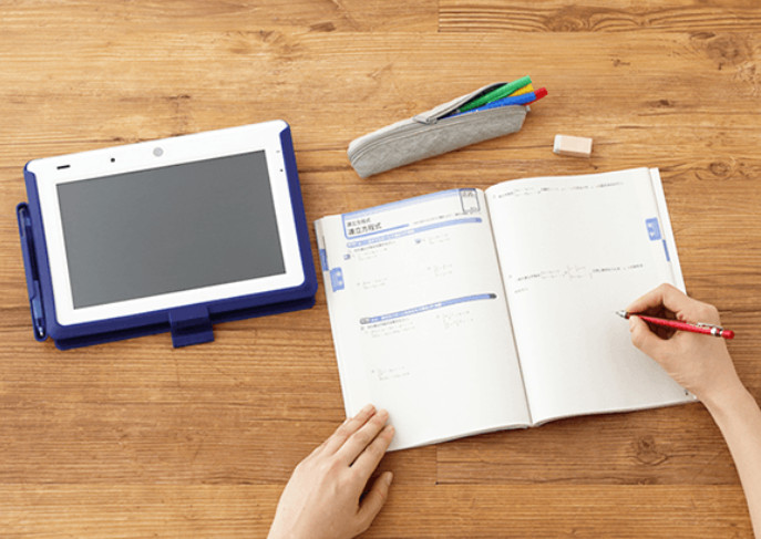 タブレットとノートとペンケース
