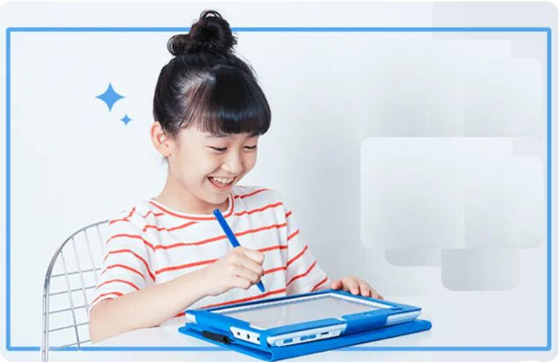 笑顔でタブレット学習に取り組む女の子