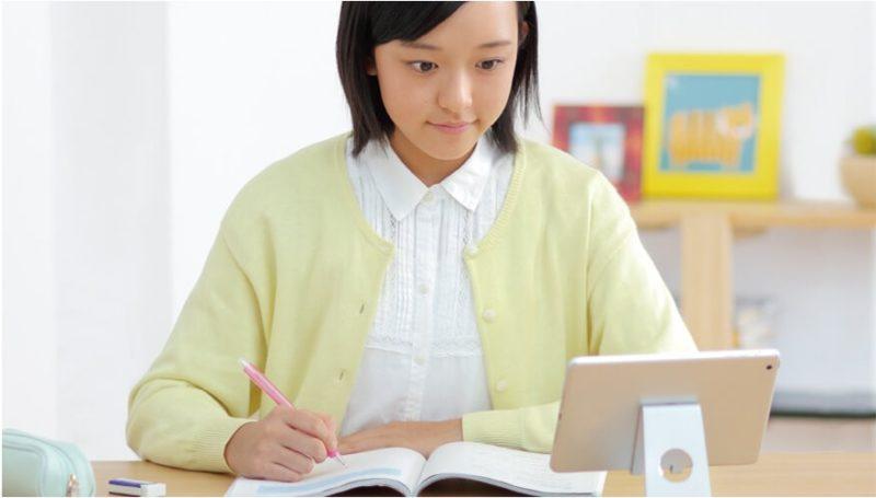 タブレットを見ながら勉強する女子生徒