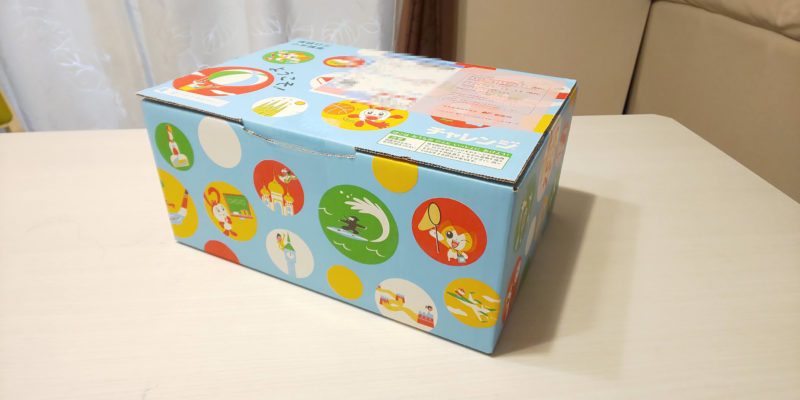 水色にカラフルな模様が描かれた箱