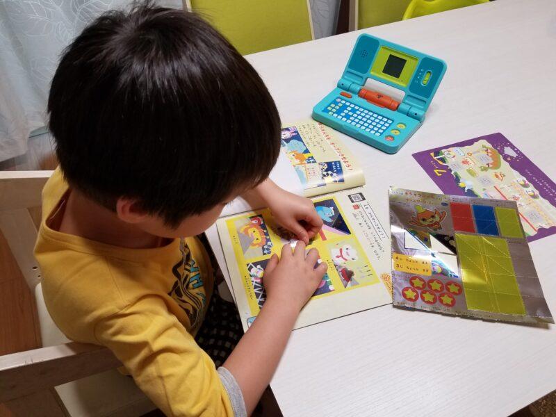 幼児向け教材に取り組む男児