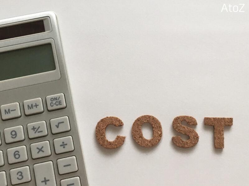 計算機と「COST」の文字
