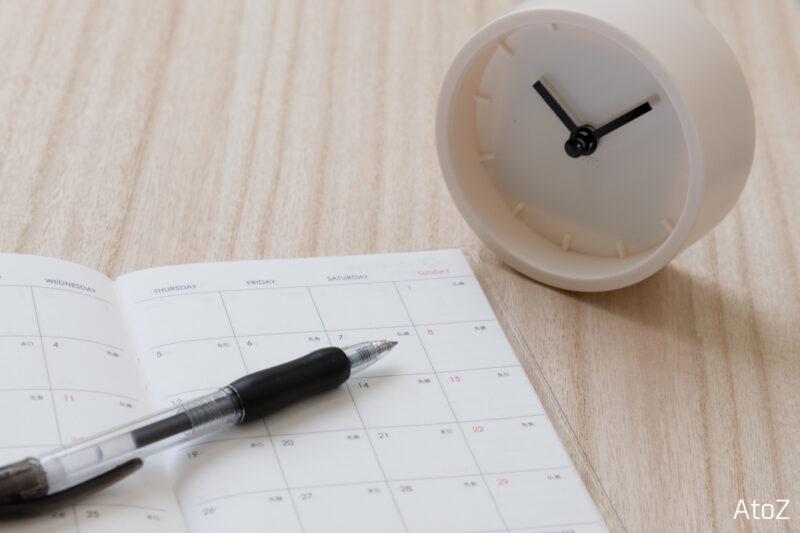 時計とスケジュール帳とボールペン