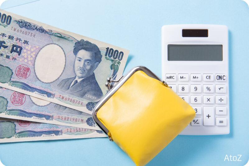 お金と電卓と黄色いコインケース