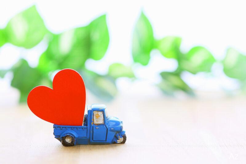 赤いハートを乗せるトラックのおもちゃ